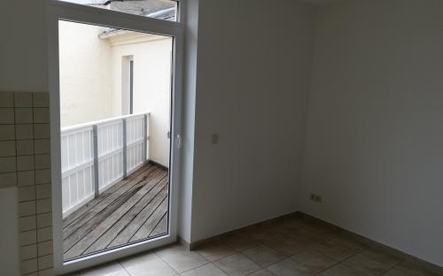 Küche mit angrenzendem kleinen Balkon